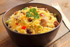 Il cous cous è un piatto tipico del Nord Africa e della Sicilia adatto davvero a tutti: amanti del pesce e della carne, vegetariani e vegani, fino ai celiaci. Scopriamo insieme la ricetta e le sue varianti.