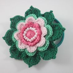 Çok güzel bir çiçekten toka yapılışını anlatmak istiyorum sizlere. Bu örgü çiçek yapılışını sadece toka olarak düşünmeyin. Uç yapraklarından birleştirip tı