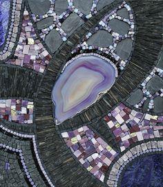 Un mariage de matières et de couleurs qui m'a passionnée. Des variations de violet parties d'une agate que j'aimais particulièrement. Agate, ardoise, marbre noir et marbre violet, verre Van-Gogh, granit, smalts, albertinis, or, tiges moretti, grès. V...