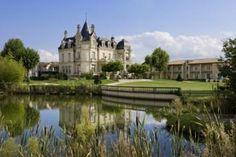 Amplasat lângă râul Dordogne, acest castel din secolul al XIX-lea se află la 3 km de Saint-Émilion.