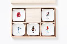【円谷プロダクション】めでたい箸置き5種セット 怪獣 / The Porcelians  サイズ:W6.4 x D6.4 x H2cm(箱:W22.5 x D15.5 x H4cm) 素 材:陶磁器 原産国:日本  創立50周年を迎える円谷プロダクションの様々なキャラクターや世界観を海外も注目する気鋭のクリエイター達が「インスパイアードアート」として様々な表現で作品化する「円谷プロダクションクリエイティブジャム50」 その企画にて制作した大図まことと陶磁器デザイナー阿部薫太郎からなるThe Porcelainsデザインの箸置きとしても小皿としても使える木箱付きのセットが数量限定で登場です。  木箱には豪華な箔押しが施されています。 ギフトとしても是非ご利用ください。