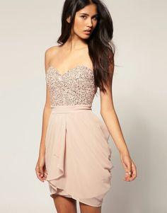 Hermoso vestido palo de rosa con escote tipo corazón. Excelente para marcar la cintura.