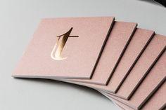 Biglietto da visita - Immagine trovata su Pintrest - utilizzo del cartoncino - Mi è piaciuto molto la diversità di spessore del cartoncino e l'altrettanta diversità di colore e materiale della lettera.
