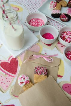 Failproof Valentine's Day Treats: So adorable, love the dipped oreos! Valentines Day Activities, Valentines Day Treats, Be My Valentine, Kids Valentines, Valentine Party, Chocolate Color, Chocolate Dipped, Dipped Oreos, Valentine's Day Crafts For Kids