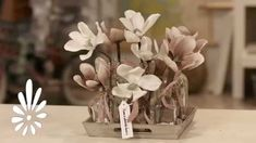 Creëer zelf dit romantisch dienblad met kunstbloemen.