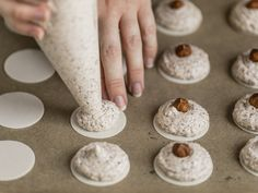 Plätzchen rezepte weihnachten Spray on the macaroons Wedding Planner Congratulations! Cheesecake Recipes, Cupcake Recipes, Baking Recipes, Cookie Recipes, Dessert Recipes, Nut Recipes, Chocolate Chip Recipes, Homemade Chocolate, Chocolate Chip Cookies