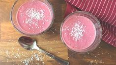 Zwei Gläser mit Himbeer-Frühstücksshake stehen auf einem Holztisch. Smoothies, Panna Cotta, Snacks, Breakfast, Ethnic Recipes, Desserts, Food, Low Carb, Drinks