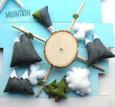 Versandzeit: Bereit-zu-Schiff   Ihr Baby lieben dieses Berg-Baby-Mobile mit Wolken und Mini-Wald ist. Es ist die perfekte Baby Dusche für jede geschlechtsneutral Kinderzimmer. Mama-to-be werden es lieben. Ein wahrer Andenken für viele Jahre. Lassen Sie das Abenteuer beginnen! Alles handgemacht, und handgefertigt aus 100 % italienischen Wolle Filz (die beste Art) mit runden Holz-Scheibe (aufgrund der großen Nachfrage)   Dieses Angebot beinhaltet: (Wählen Sie Seitenarm und musikalische Windup…