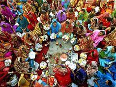 India  Final do Karva Chauth, o festival religioso de um dia, quando as mulheres jejuam e pedem aos deuses longevidade para seus maridos - Punjab.
