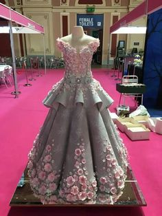 This cake is awesome! Crazy Cakes, Fancy Cakes, Beautiful Wedding Cakes, Beautiful Cakes, Wedding Gown Cakes, Dolly Varden Cake, Chocolate Videos, Barbie Cake, Just Cakes