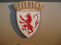 BB 26000 dite SYBIC la 26046 est baptisée SELESTAT, le 7 septembre 1991, Manuel est dans le journal l'Alsace, debout sur un tampon, le pantalon à l'envers (habillé trop vite) (pose voulue par le photographe).