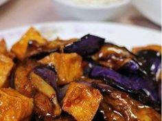 Zeytinyağlı patlıcan, kolay yapımı ve leziz tadıyla güzel bir akşam yemeği menüsünde yerini alıyor!