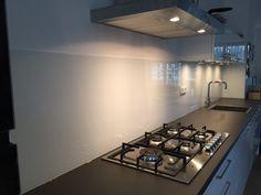 Glazen keukenachterwand van Visualls in RAL9003 signaalwit
