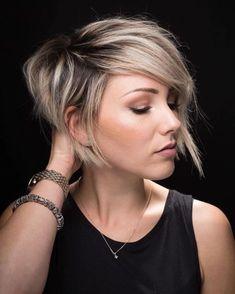 cheveux balayage blond, mèches colorées, volume sur le dessus, carré plongeant court, femme stylée