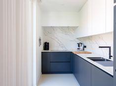 Deze zwart-wit keuken op maat is ideaal wanneer u slechts een beperkte kookruimte ter beschikking heeft, maar deze toch zo functioneel mogelijk wil indelen. De marmeren muur geeft de keuken een stijlvolle, maar opvallende look. #keukenopmaat #zwartwitkeuken #keukendesign #maatwerk #keukeninmarmer #keukeninspiratie #augustijns #augustijnskeukens #keukenbouwer Sweet Home, Kitchen Cabinets, Interior Design, Home Decor, Bedroom, Houses, Woodwind Instrument, Nest Design, Decoration Home