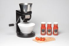 salsa maker squeezes tomatoes to produce traditional home-made sauce - designboom | architecture & design magazine