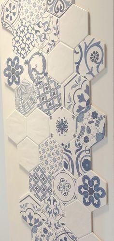 Ecco come creare una parete, o solo una parte di essa, con un mosaico di mattonelle in ceramica decorate con varie texture disposte a modino.