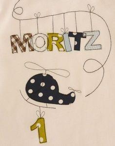 Lang- oder Kurzarmshirt mit Applikation Hubschrauber, Namen und Zahl zum Geburtstag.  Im Preis sind 4 Buchstaben enthalten, jeder weitere kostet 1,50 €.