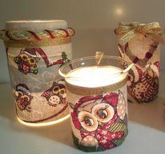 porta candele fatti con barattoli di olive e marmellata rivestiti di ritagli di una tovaglia natalizia