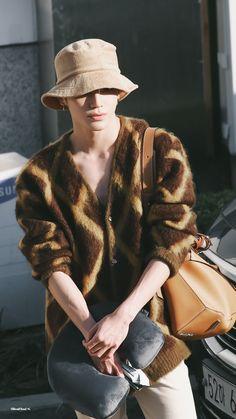Kpop Fashion, Mens Fashion, Airport Fashion, Ten Chittaphon, Boy Poses, Nct Taeyong, Airport Style, Kpop Boy, Photos Du