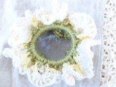 1周したら、最初の目に引き抜き編みをして、糸始末をしたら完成です! お疲れ様でした! Dream Catcher Boho, Crochet Flowers, Crochet Earrings, Handmade, Scrunchies, Schedule, Crowns, Butterflies, Timeline