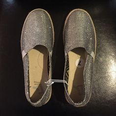 Silver Espadrille Flats BRAND NEW. Never worn. Brand is Report. Cute sparkly silver Espadrille flats for the spring or summer outfits. ☀️Wear it with skinny jeans, leggings, or with a cute dress. Report Shoes Espadrilles