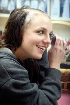 Britney Spears shaving her hair off in 2007 Britney Spears 2004, Britney Spears Outfits, Britney Spears Shaved Head, Britney Spears Birthday, Britney Spears Shirt, Britney Spears Albums, Britney Meme, Shave Her Head, Baby One More Time
