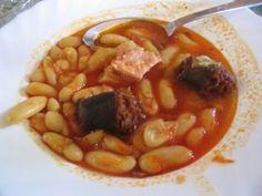 Cómo hacer Fabada asturiana. La noche anterior ponemos las alubias en un bol a remojo. Al día siguiente, escurrimos y reservamos. A continuación, en una olla exprés con