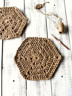 Hexagon jute trivet - free crochet pattern. Make this easy jute hexagon trivet using this step by step tutorial, a great project for beginners!
