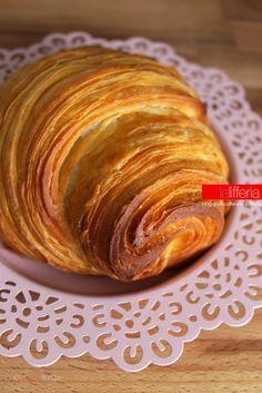 I croissant sfogliati sono una specialità della pasticceria francese. Deliziosi e delicati, si possono gustare e preparare facilmente anche a casa. Bread Shaping, Italian Pastries, French Patisserie, Croissants, Artisan Bread, Beignets, Antipasto, Sweet And Salty, Sweet Bread