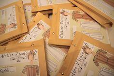 Dalila : Sono disponibili i cartamodelli in versione cartacea - Les patrons pochettes sont arrivées (en français) -  Now available : printed sewing pattern in English! Ritrovateli sulla boutique - Retrouvez les sur la boutique - Find out more on the boutique : https://www.ateliervicolon6.com/la-boutique/dalila-it/