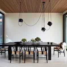 Aim de @flos est un luminaire très polyvalent pour différents aménagements de salle à manger, non seulement en raison de son apparence, mais aussi parce qu'il offre un éclairage facile à diriger. Visitez notre salle de montre ou notre site web pour en savoir plus. Plafond Design, Modern Properties, Interior Architecture, Interior Design, Design Interiors, Room Interior, Wooden Ceilings, Timber Ceiling, Australian Homes
