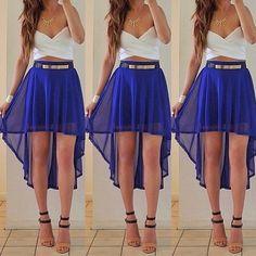 Tenue sophistiqué pour allez a une fête entre amis . Basée sur une jupe très fluide bleu de différentes tailles et un Crop Top croisé blanc a bretelles .