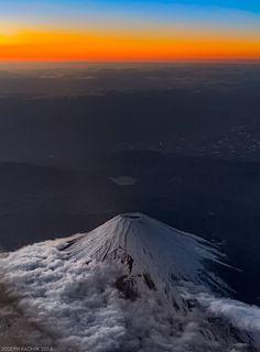 飛行機の窓から撮った富士山01