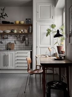 There is no question that designing a new kitchen layout for a large kitchen is much easier than for a small kitchen. Modern Interior Design, Interior Design Kitchen, Kitchen Decor, Kitchen Ideas, Kitchen Styling, Interior Architecture, Küchen Design, House Design, Design Ideas