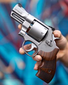 The smith and Wesson 627 is a special edition revolver manufactured by and chambered in 357 magnum.The gun is a jewel in all its aspects. Find more like this in Weapons Guns, Guns And Ammo, Revolver Pistol, Revolvers, Aigle Animal, Bushcraft, 357 Magnum, Fire Powers, Home Defense