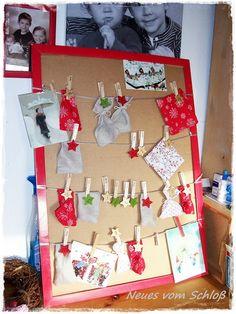 Adventskalender aus altem Bilderrahmen mit Säckchen aus Stoffresten
