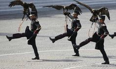 Falcoeiros do exército mexicano marcham com falcões durante a tradicional parada do Dia da Bastilha, na Place de la Concorde, em Paris CHARLES PLATIAU / REUTERS