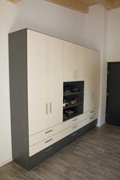 Moderne kastenwand op maat met afwisselende decors, voorzien van een groot schappen gedeelte, lades en draaideuren