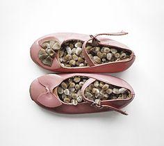 Anu tuominen -    Kevätkengät (pajunkissat) / Spring Shoes (catkins) 2000