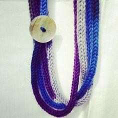 Collana fatta a mano con caterinette in pura lana blu-viola-grigio e bottone in madreperla