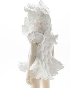 Cocoon Cradles - This Cocoon Cradle, named the Mother Piece, by Japanese fashion designer Kosuke Tsumura, was created as a new dressing for mothers and their babies. 3d Fashion, Weird Fashion, Fashion Details, World Of Wearable Art, Costumes Couture, Japanese Fashion Designers, Avantgarde, Conceptual Fashion, Sculptural Fashion