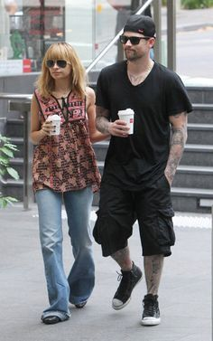Nicole Richie wearing Ray-Ban 3025 Aviator Large Metal Sunglasses in Gold/Green, Winter Kate Sunfish Printed Tank, Out for coffee in Sydney May 102012