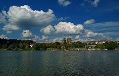 Nur gut, dass ich gestern noch am See war. ... In Losheim. Einmal drum rum, wie immer. Und hinterher Brauhausterrasse. Heute würde das weniger Spaß machen. Keine Sonne und durchziehende Schauer. Dann eben gemütlicher Lesenachmittag am Kamin. :-)
