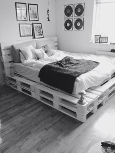 Now you have a great pallet bed tutorial, here are a couple of inspirational ideas on what you could do with pallets and DIY bed frames! So in case you have some pallets a bed isn't any more…Daha fazlası Pallet Bed Frames, Diy Pallet Bed, Diy Pallet Furniture, Wooden Pallet Beds, Wood Pallets, Beds On Pallets, Furniture Projects, Pallett Bed, System Furniture