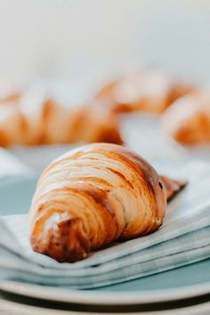 Classic French Croissant: making them from scratch is not difficult at all! French Croissant, Butter Croissant, Croissant Recipe, Diet Recipes, Snack Recipes, Snacks, French Pastries, Bread, Breakfast