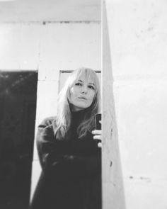 """2017-й мне подарил счастье.  счастье жить. учиться и учить обнимать родных с благодарностью провожать каждую секунду будь она прожита на закате под томными ивами острова Cité или в 8 утра в сонном и нервном московском метро.  счастье быть готовой абсолютно на каждое """"как дела?"""" ответить: """"прекрасно!"""" прежде чем опомнившись начать перебирать печали и поводы для жалости к себе.  счастье жить своей жизнью. спасибо"""