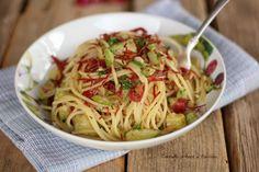 Gli spaghetti aglio olio zucchine e bresaola sono un primo leggero, velocissimo, molto gustoso e sfizioso, perfetto per la spaghettata tra amici!