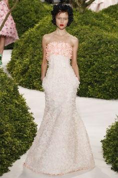 Vestito da sposa della collezione haute couture 2013 di Dior con decorazioni sul corpetto