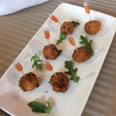 Fried Mac & Cheese balls with a pipette of Sweet Chili Sauce Fried Mac And Cheese, Mac Cheese, Prosciutto Asparagus, Chef Work, Skewer Recipes, Appetizers, Appetizer Ideas, Sweet Chili, Cheese Ball